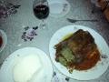 Bucurii culinare Rata umpluta cu ficatei si verdeata in sos de vin cu tomate si piper